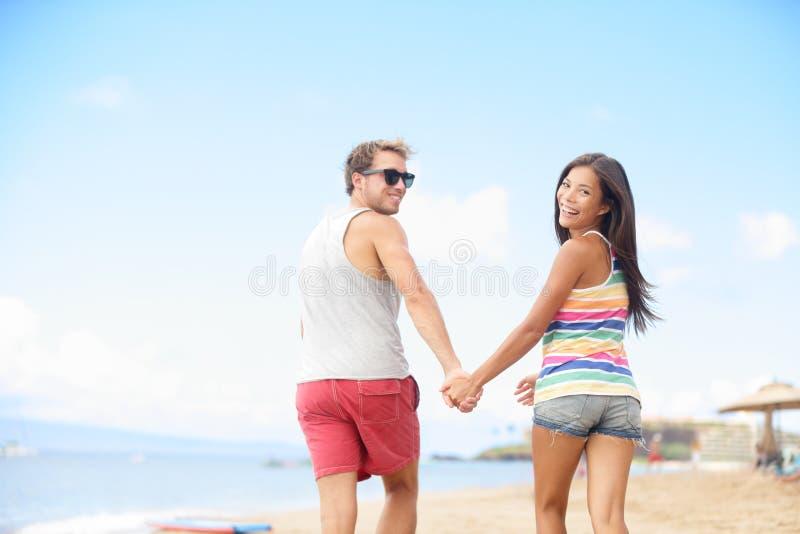 Setzen Sie Ferienspaß mit kühlen modischen Hippie-Paaren auf den Strand stockfotografie