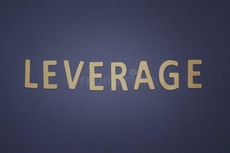 Setzen Sie geschrieben mit hölzernen Buchstaben auf einen blauen Hintergrund wirksam ein stockbilder