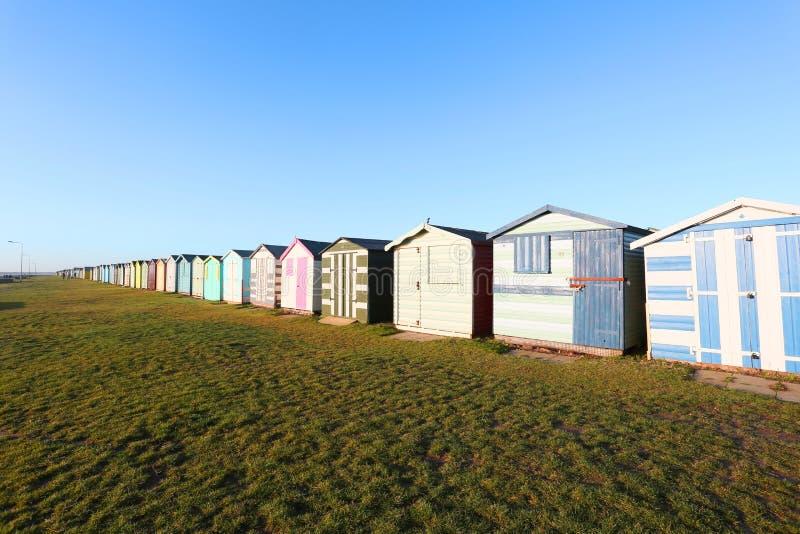 Setzen Sie Hütten am harwich und am dovercourt, Großbritannien auf den Strand lizenzfreies stockbild