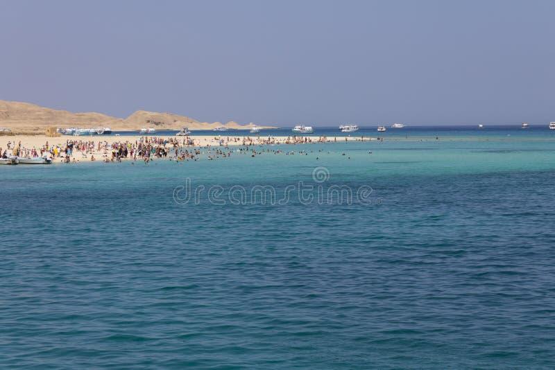 Download Setzen Sie Insel Voll Der Touristen + Freies Blaues Meer Auf Den Strand Stockfoto - Bild von sunbathing, hügel: 26362054