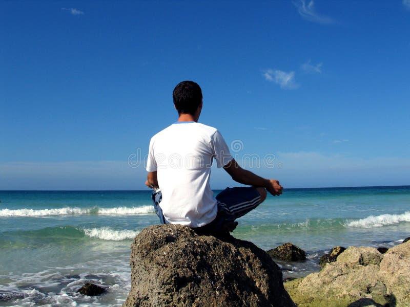 Setzen Sie Meditation auf den Strand stockbilder