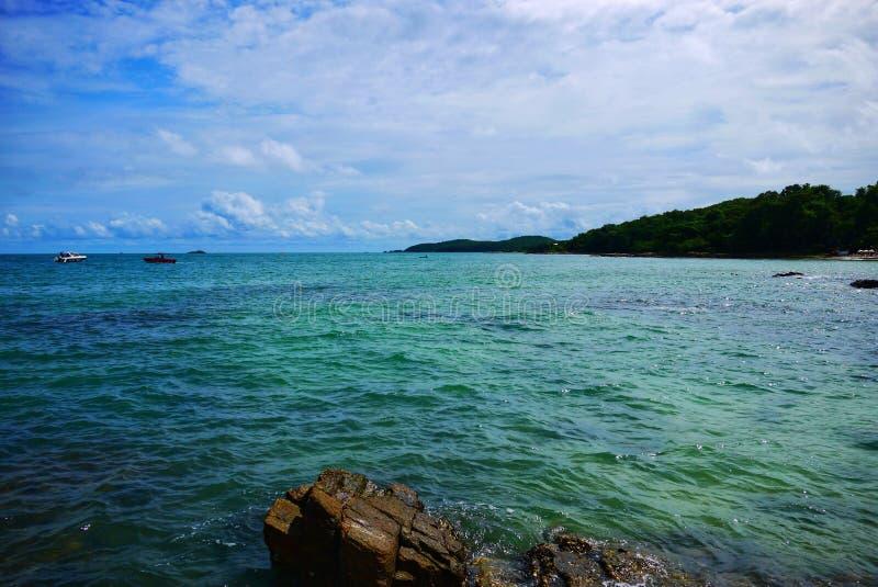 Setzen Sie mit Felsen und Steinen von Samet-Insel Koh Samet, Rayong, Thailand auf den Strand lizenzfreie stockfotos
