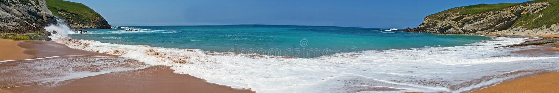 Setzen Sie mit schönen Wellen und blauem Himmel, Landschaft auf den Strand Nord-Spanien lizenzfreies stockbild
