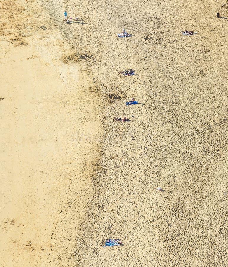 Setzen Sie mit Touristen im Sommer in Arrecife, Spanien auf den Strand stockbild