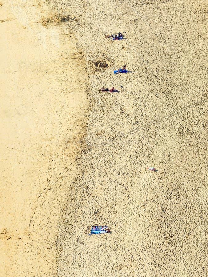 Setzen Sie mit Touristen im Sommer in Arrecife, Spanien auf den Strand lizenzfreie stockfotos