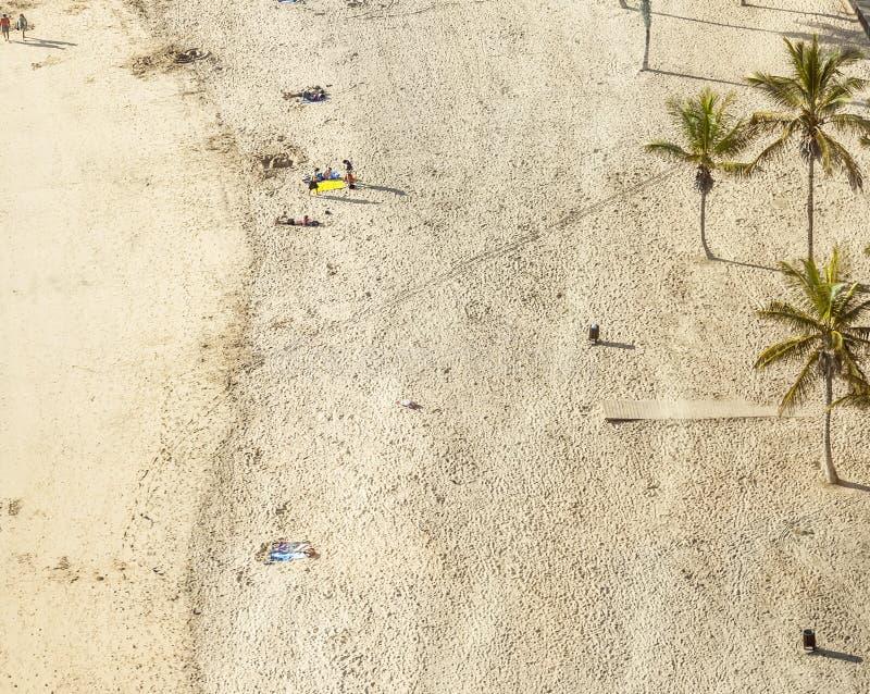 Setzen Sie mit Touristen im Sommer in Arrecife, Spanien auf den Strand stockfotos