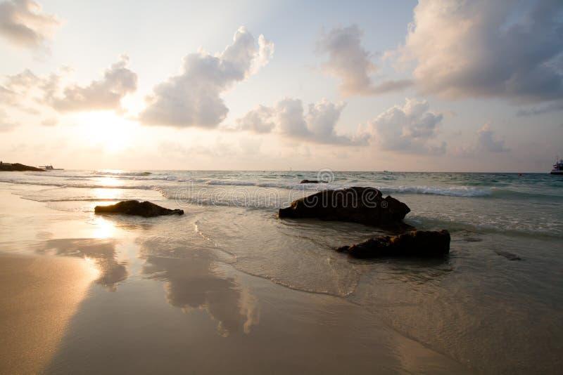 Setzen Sie am Morgen auf Tropeninsel, Samet Thailand auf den Strand lizenzfreie stockfotografie