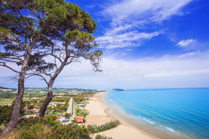 Setzen Sie nahe Vieste-Stadt, Gargano, Italien auf den Strand lizenzfreies stockfoto