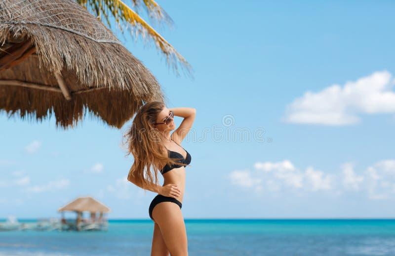 Setzen Sie Porträt einer Schönheit mit einer perfekten Zahl auf den Strand stockbild