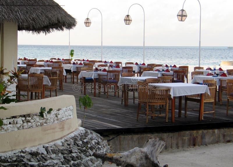 Setzen Sie Restaurant am Ufer des Indischen Ozeans auf den Strand stockfotos