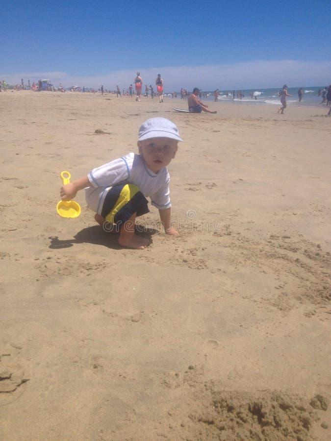 Setzen Sie Schätzchen auf den Strand lizenzfreies stockbild