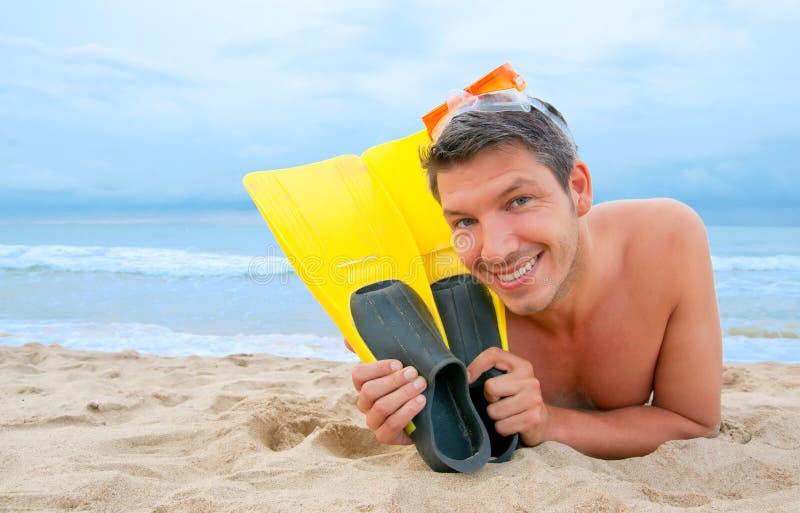 Setzen Sie Schutzbrillemannestaucher auf den Strand stockbild