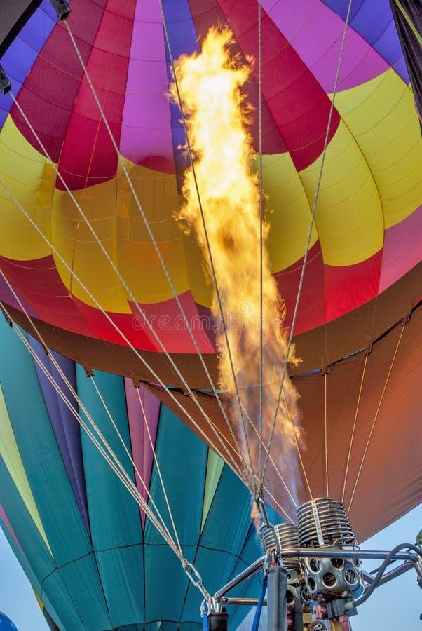 Setzen Sie sich für einen Heißluftballon mit Farben in Brand lizenzfreie stockfotografie