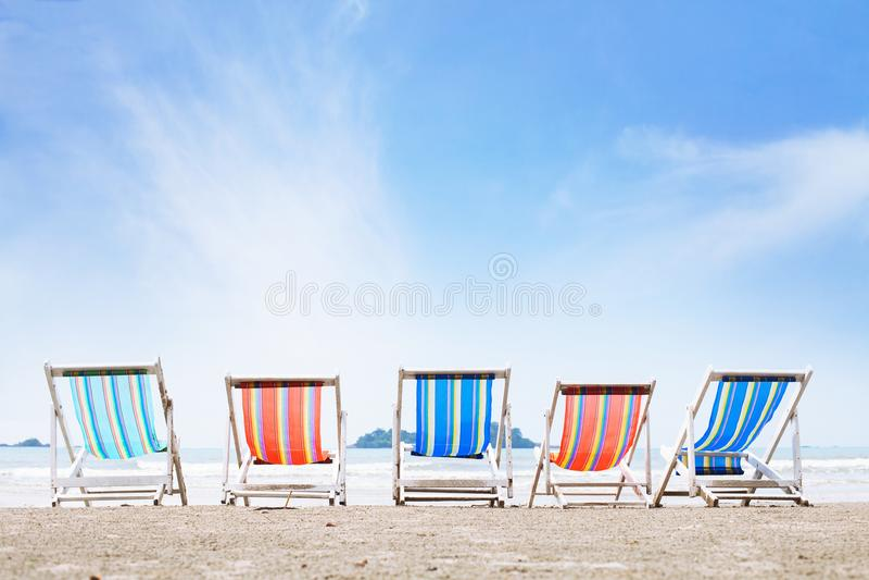 Setzen Sie Sommerferien im Hotel, im Tourismus und im Entspannung im Erholungsort auf den Strand lizenzfreie stockfotografie