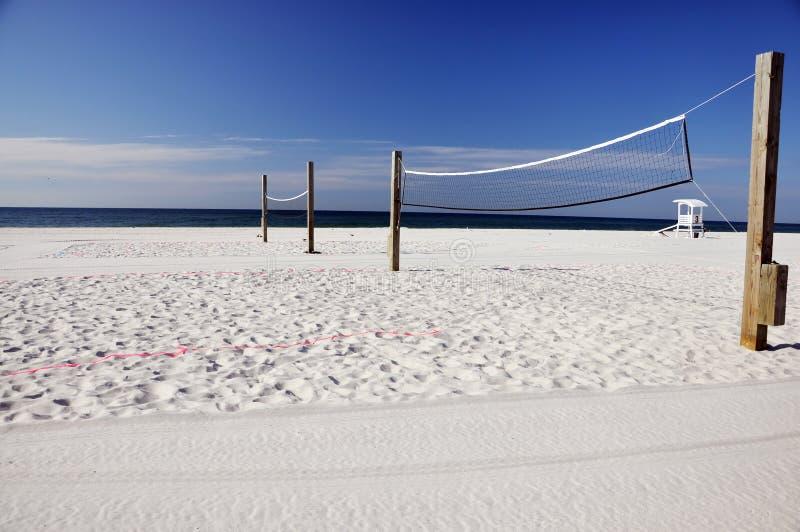 Setzen Sie Volleyball auf den Strand stockfoto