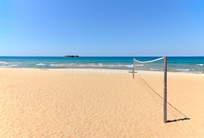 Setzen Sie Volleyballnetz auf sandigem Strand mit Meer auf den Strand lizenzfreie stockfotos