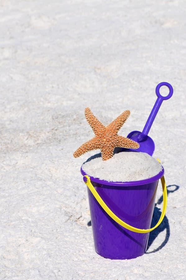 Setzen Sie Wanne mit Starfish auf den Strand stockfotos