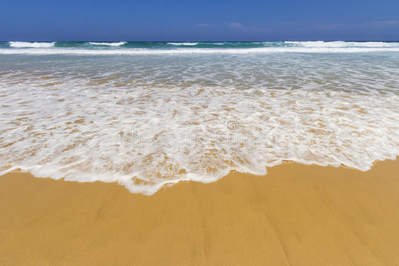 Setzen Sie Welle auf den Strand lizenzfreie stockfotografie