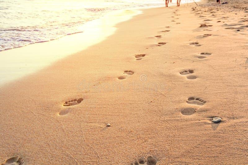 Setzen Sie, Welle und Schritte in Griechenland, gelbe Sonne auf den Strand stockfotos