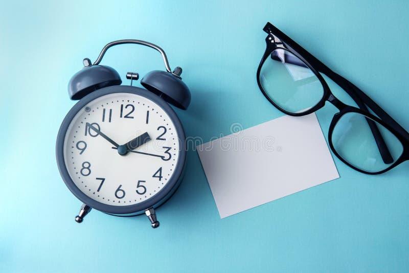 Setzen Sie Zeit Konzeptes mit leerem Weißbuchanmerkungskopienraum fest, um wordi zu addieren stockfotos