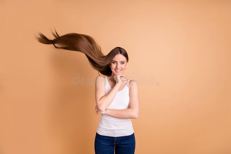 Seu bonito da foto ascendente próxima consideravelmente os braços de mãos da senhora mantém o voo morno extático do cabelo da bri imagem de stock royalty free