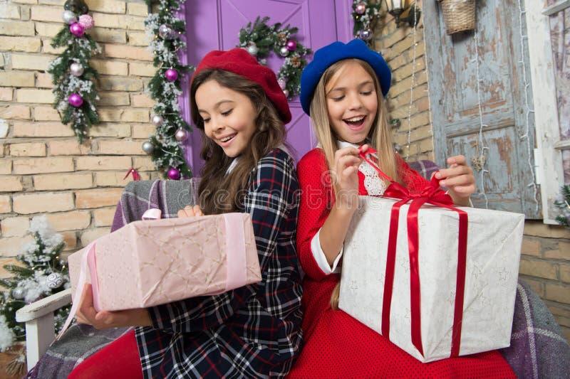 Seu divertimento para abrir o presente de Natal Celebração festiva do xmas e do ano novo As meninas felizes desempacotam caixas d imagem de stock royalty free