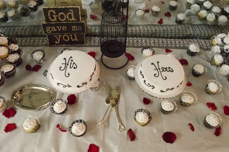 Seu e o seu bolos de casamento foto de stock