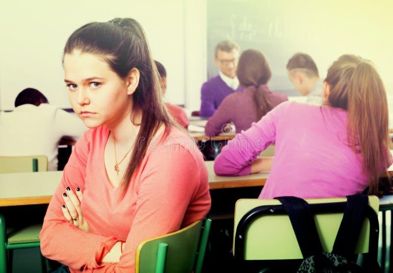 Seul étudiant outcasted assailli par d'autres étudiants photo libre de droits