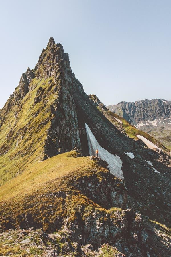 Seul alpinisme d'homme se tenant sur le bord de falaise image stock