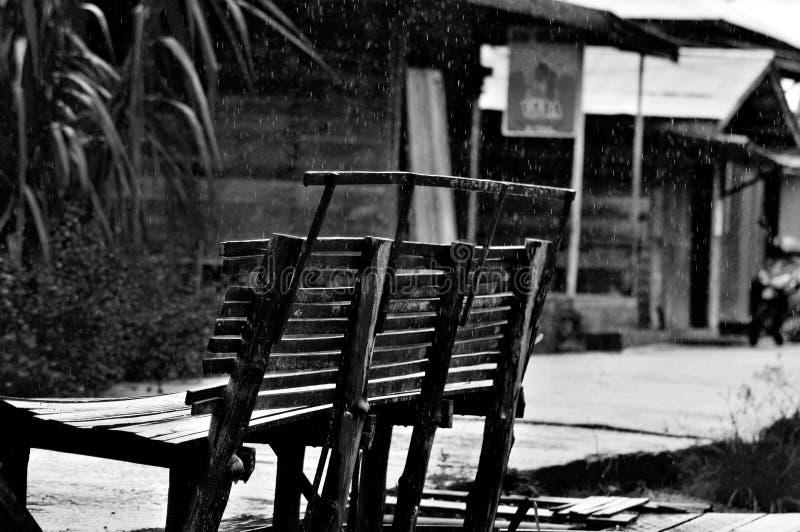 Seul aménagez la pluie en parc de travail d'amour de vue humaninterest photo libre de droits