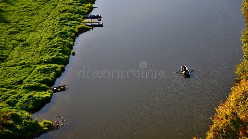 Seul bateau à rames sur une rivière de Vltava en automne dans la lumière de soirée image libre de droits