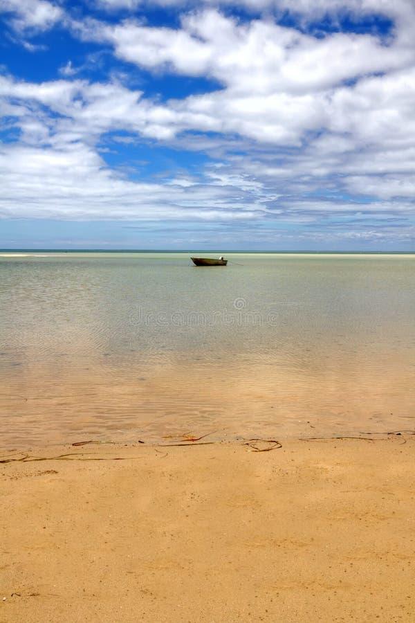 Seul bateau sur l'horizon photographie stock libre de droits