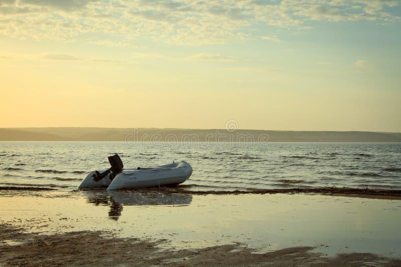 Seul bateau sur la rivière dans le temps de coucher du soleil images libres de droits