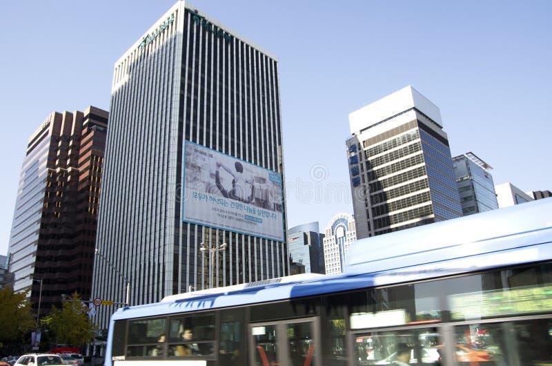 Seul céntrica trafica los edificios de oficinas imagenes de archivo