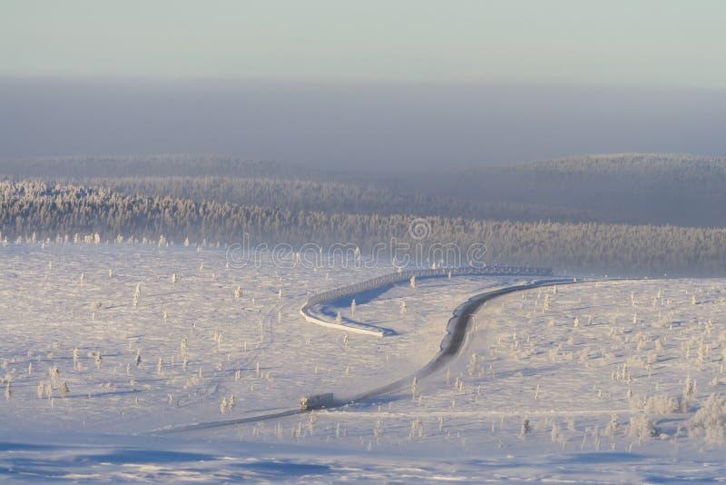 Seul camion dans l'horizontal neigeux image libre de droits