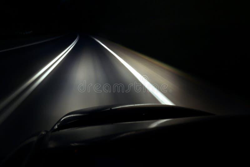 Seul conduisant une voiture la nuit photographie stock libre de droits