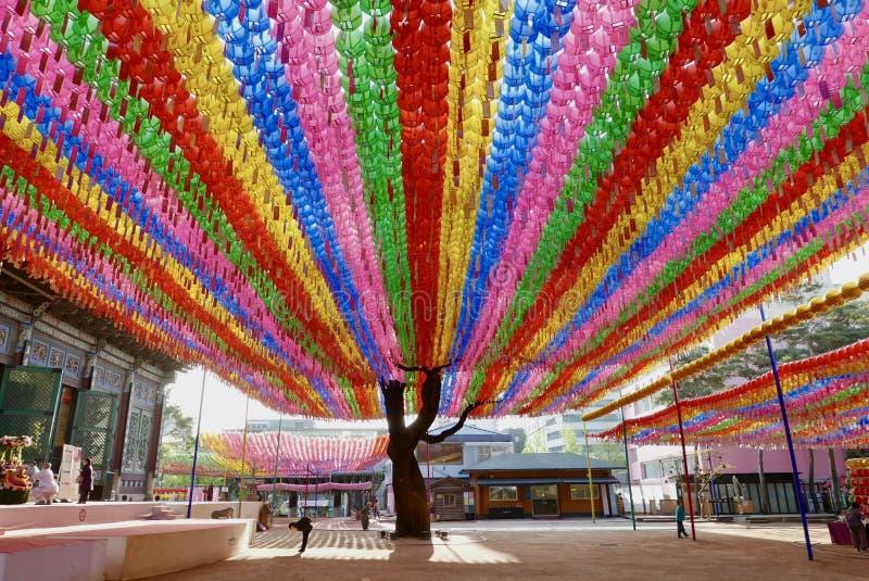 Seul, Corea 27 de abril de 2017: Linternas en el templo de Jogyesa para celebrar cumpleaños del ` s de Buda imagen de archivo