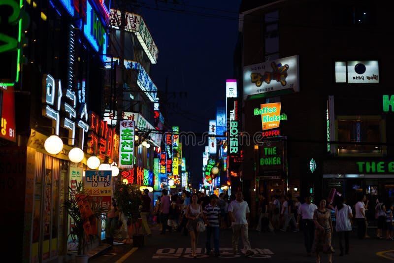 El área de compras ocupada de Seul firma noche de la gente imagenes de archivo