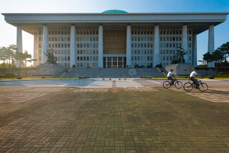 Policías coreanos delanteros del edificio de la asamblea nacional fotografía de archivo libre de regalías
