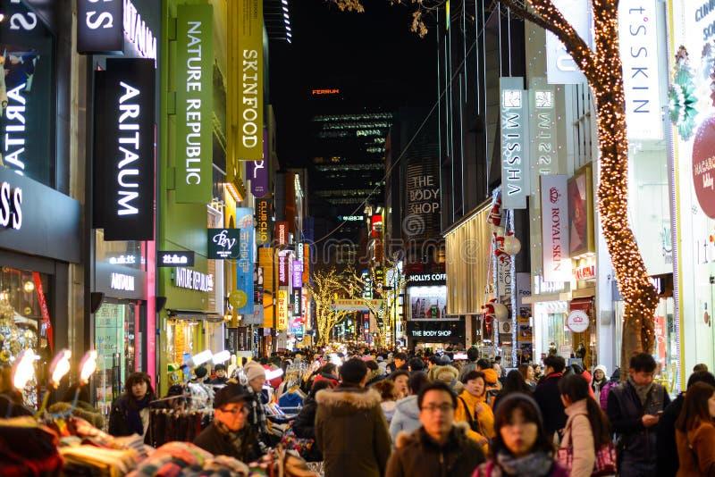 Seul, Corea del Sur - 16 de diciembre de 2015: Las muchedumbres disfrutan de la vida nocturna del distrito de Myeong-Dong en Seul imagen de archivo libre de regalías
