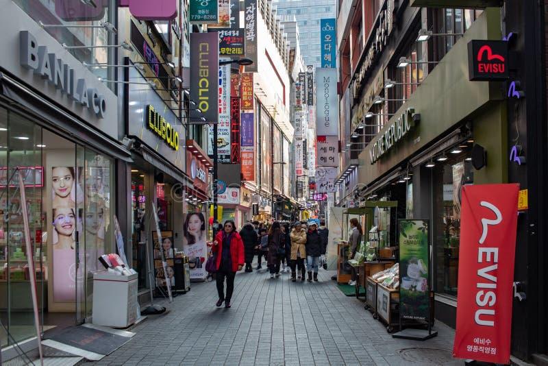 SEUL, COREA DEL SUR - 21 DE ENERO DE 2018: Gente y turistas que caminan y que hacen compras en la calle de la vecindad de Myeong  imagenes de archivo
