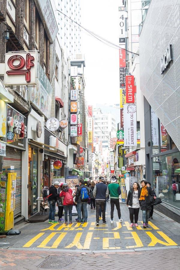 Seul, Corea del Sur - 1 de noviembre de 2015: Aprieta al turista en el Myeong-D fotografía de archivo