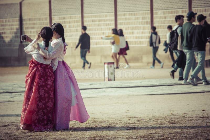 Seul, Corea del Sur - 20 de octubre de 2016: Chicas jóvenes en traditiona fotografía de archivo libre de regalías