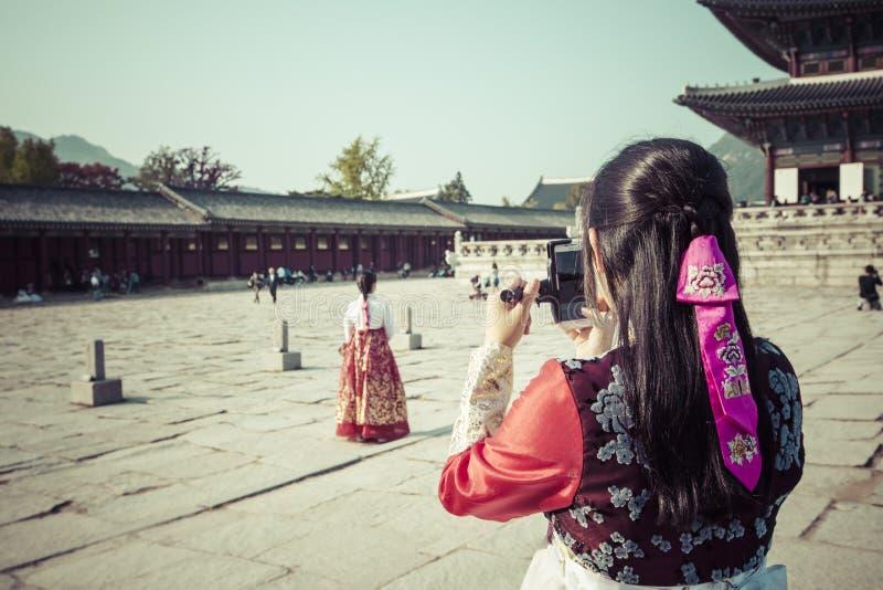 Seul, Corea del Sur - 20 de octubre de 2016: Chicas jóvenes en traditiona imágenes de archivo libres de regalías