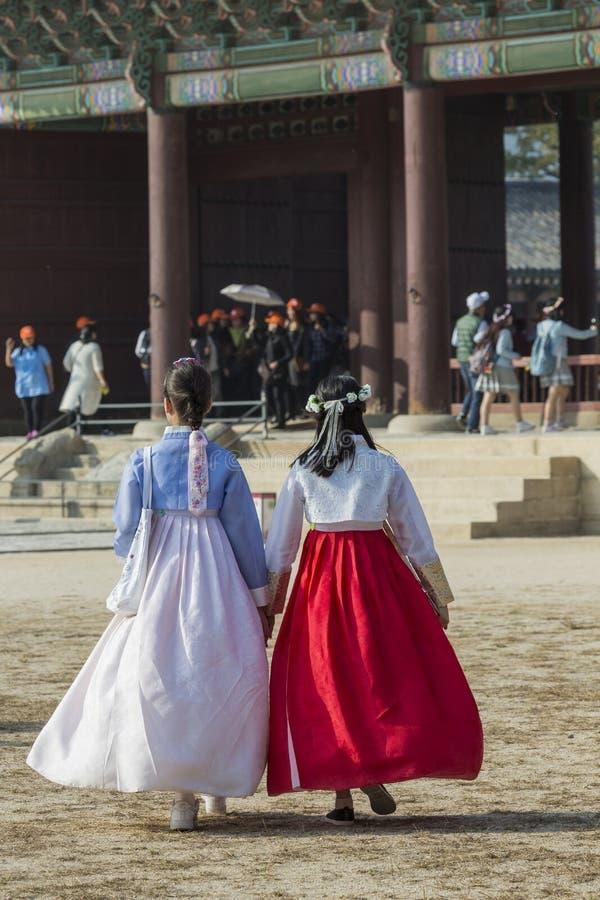 Seul, Corea del Sur - 20 de octubre de 2016: Chicas jóvenes en traditiona imagenes de archivo