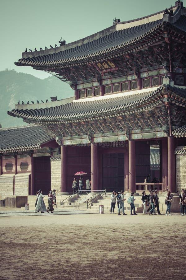 Seul, Corea del Sur - 20 de octubre de 2016: Grou del palacio de Gyeongbokgung foto de archivo libre de regalías