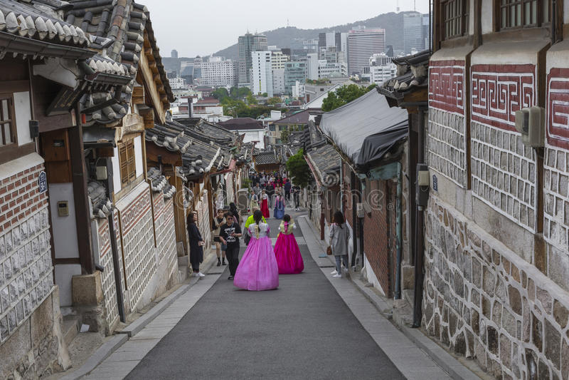 SEUL - COREA DEL SUR - 21 DE OCTUBRE DE 2016: Las mujeres de un par vagan t fotografía de archivo libre de regalías