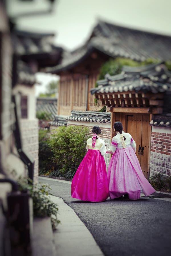 SEUL - COREA DEL SUR - 21 DE OCTUBRE DE 2016: Las mujeres de un par vagan t imagenes de archivo