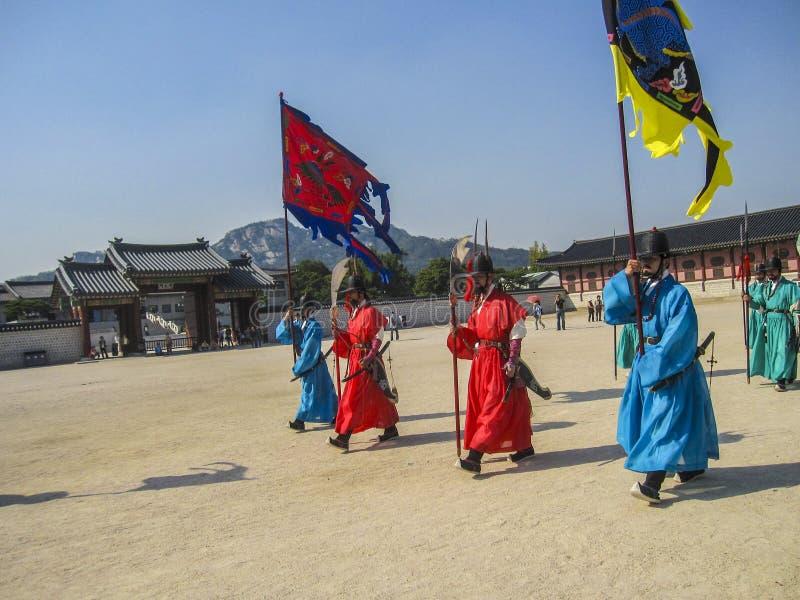 Seul, Corea del Sur, octubre de 2012: Ceremonia del guardia Change de la puerta cerca del palacio de Gyeongbokgung en la ciudad d imagen de archivo libre de regalías