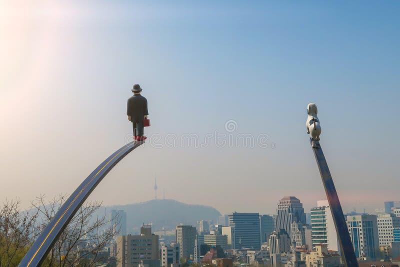 SEUL, COREA - las opiniones urbanas 11 de abril de 2015 del arte y de la ciudad en el parque de Naksan son Naksan Art Project, un foto de archivo libre de regalías